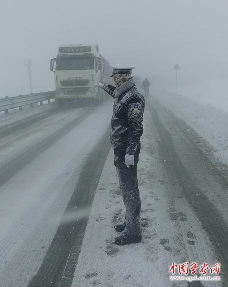 """宛若""""雪雕""""的交警一线执勤"""