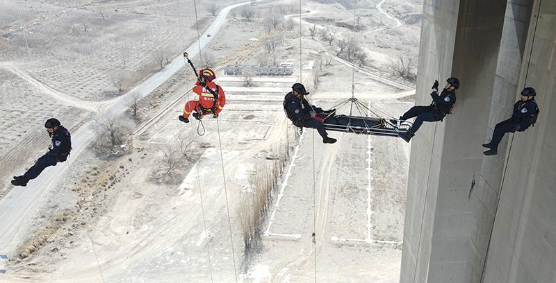新疆乌市特警开展百米高空索降训练